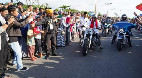 Abdul Somad naik motor gede Harley Davidson saat menuju panggung ceramah di Pantai Padang