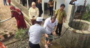 Diguyur hujan lebat, La Nyalla Shalat Dhuhur di Rumah Pengasingan Soekarno
