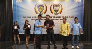 Penyerahan Penganugerahan Ikatan Motor Indonesia (IMI) Sumatera Barat Awards oleh Wagub Sumbar dalam Rangkaian Raker Provinsi IMI Tahun 2020