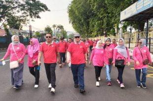 Wakil Gubernur Sumatera Barat Nasrul Abit disela-sela acara melepas gerak jalan santai dalam rangka HUT Perkumpulan Rohana Koedoes ke-4 di halaman Kantor Gubernur Sumbar,