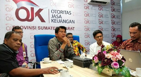 Kepala Otoritas Jasa Keuangan (OJK) Provinsi Sumbar Darwisman saat berdiskusi dengan Jaringan Pemimpin Redaksi Sumatera Barat di Kantor OJK Sumbar