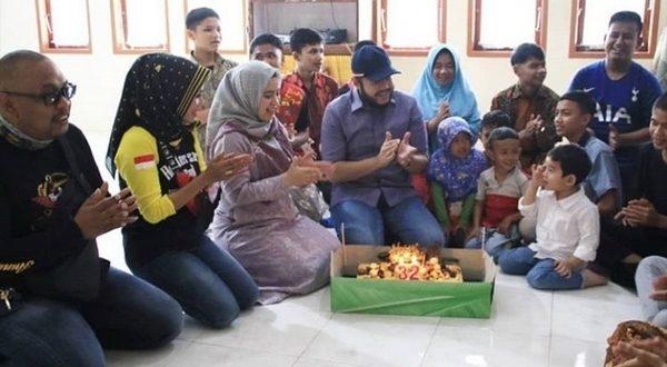 Wako 'milenial' Fadly Amran rayakan HUT ke 32nya bersama anak panti asuhan, Minggu 9/2 di Padang Panjang. (foto: dok)