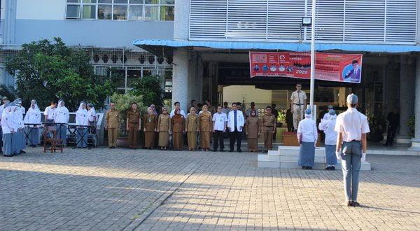 Gubernur Sumatera Barat Irwan Prayitno dalam sambutan sebagai inspektur upacara di SMA 1 Padang dalam rangka memeriahkan peringatan Hari Kanker Sedunia Nasional Di Sumbar,