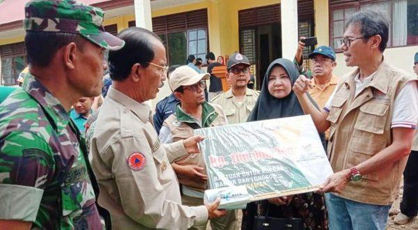 Gubernur serahkan bantuan pada korban banjir badang