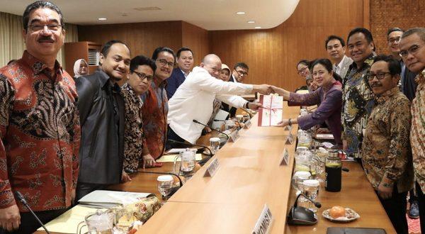 Ketua DPD RI AA Lanyalla Mahmud Mattalitti dengan Ketua DPR RI Puan Maharani, di Ruang Delegasi Pimpinan DPR RI, Gedung Nusantara III, Senayan Jakarta, Selasa (25/2/2020)