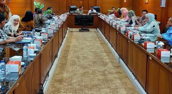 Ketua Komite II DPD RI, Yorrys Raweyai, dalam pertemuan dengan Organisasi Perangkat Daerah (OPD) di Kantor Pemerintah Provinsi Jawa Timur hari Selasa (11/2/2020).