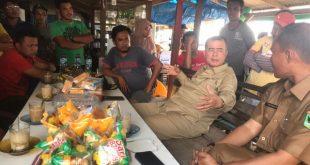 Wakil Gubernur Sumatera Barat Nasrul Abit saat mengunjungi keluarga korban kapal nelayan tenggelam di Pasia Jambak, kelurahan Pasia Nan Tigo, Kota Padang