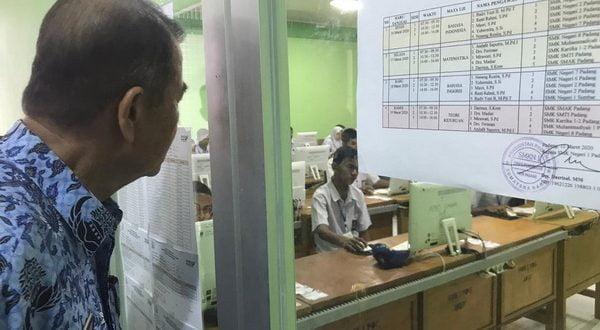 Wagub Sumbar Nasrul Abit memperhatikan siswa yang sedang melaksanakan UNBK