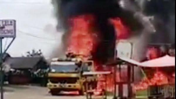 Truk Pompa Cor Semen Terbakar di Lintas Sumatera Sungai Rumbai