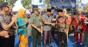 Ketua DPRD Pasbar Farizal Hafni didampingi Bupati Pasaman Barat Yulianto saat membuka Pasbar Expo dalam rangka HUT ke 16
