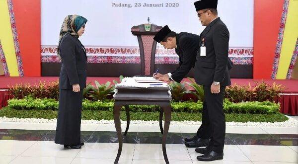 Wakil Ketua Dewan Komisioner OJK Nurhaida resmi melantik Misran Pasaribu sebagai Kepala OJK Perwakilan Sumatera Barat, di Auditorium Gubernur Sumbar, Kamis (23/1/2020)