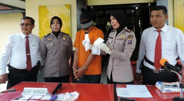 Waka Polres Kompol Asnita memperagakan BB narkoba.( foto Yetti Harni)