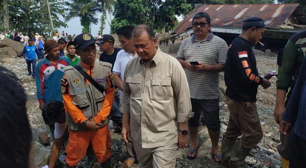 Wakil Gubernur Sumatera Barat Nasrul Abit disela-sela kunjungan meninjau lokasi banjir bandang yang terjadi Jorong Tanjuang Sawah, Nagari Padang Laweh, Kecamatan Batipuh Selatan, Kabupaten Tanah Datar,