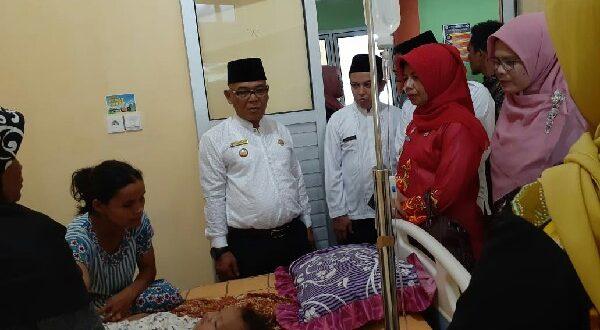 Bupati Pasaman Barat H. Yulianto saat mengunjungi Pasien Puskesmas Talu yang dirawat akibat keracunan Ikan Tongkol yang terjadi Rabu (11/3/2020).