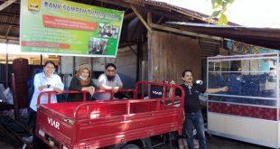 Dedek bersama pengurus Bank Sampah Tunas Muda Kelurahan Jawi-Jawi II Kecamatan Pariaman Tengah Kota Pariaman