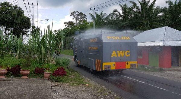 Polres Pasaman Barat lakukan penyemprotan cairan disinfektan di beberapa ruas jalan yang ada diwilayah hukum Polres setempat