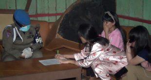 Puluhan pekerja kafe yang umumnya datang dari Pulau Jawa diamankan tim gabungan (foto eko - spirit sumbar)