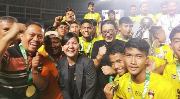 Ketum PSP Padang yang juga Wakil Walikota Padang Hendri Septa dan Sekjen PSSI. Ratu Tisha Destria bersama kampiun Piala Seoratin u15 2020
