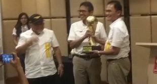 Wawako Sawahlunto Zohirin Sayuti menyerahkan Piala Bergilir Minangkabau Cup yang direbut Talawi pada MkC II pada Gubernur Sumbar dan selanjutnya diterima Ketua Panpel MkC, Tria Ola Suprajeni