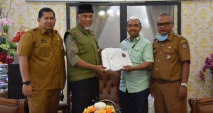 WhatApps Group TOP 100 Kota Padang menyerahkan bantuan APD ke Pemko Padang