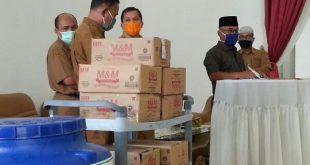Bupati Yulianto menyerahkan bantuan yang telah diberikan PT.Agrowiratama ke Dinas Sosial Pasbar (foto : BY/Spirit Sumbar)