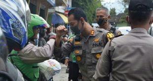 Kapolres Padang Panjang AKBP Sugeng Hariyadi usai menyerahkan Sembako di pangkalan ojek Padang Panjang. ( foto : Humas Polres)
