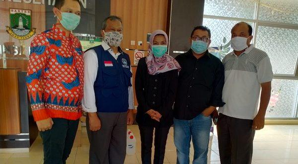 Ketua Umum PUB juga sebagai Wakil Ketua Dewan Penasehat SMSI Pusat Taufiequrachman Ruki serahkan bantuan APD kepada RSUD Banten.