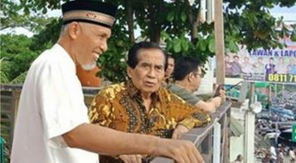 Walikota Mahyeldi Ansharullah ketika mengajak Azwar Anas melihat keberhasilan pembangunan di Kota Padang.