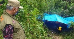 Walikota Padang menyaksikan pemakaman mayat yang meninggal karena virus corona di Talamau Pasaman Barat