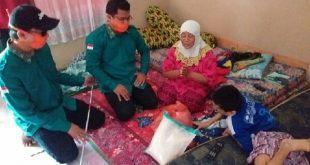 Gatot Prawisojo menerima paket sembako di rumahnya Tanahpak Lambik. ( foto- DPC-PPDI)