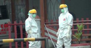 Petugas medis saat menangani positif virus corona