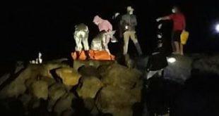 Proses evakuasi sosok mayat pria yang ditemukan di Pantai Cermin, Karan Aur, Kota Pariaman