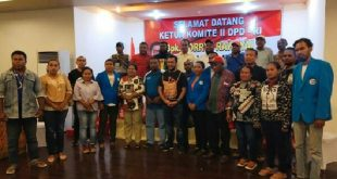Yorris Raweyai bersama masyarakat Papua