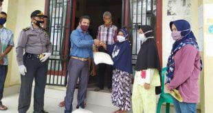 Wali Nagari Aidil Usman bersama Anggota Kapolsek Koto XI Tarusan dibantu relawan bagikan ratusan masker pada warga Barung Barung Belantai Tengah