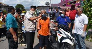 Walikota Padang pasangkan masker pada pengendara
