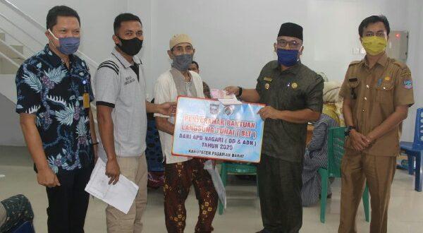 Bupati Pasaman Barat Yulianto menyerahkan bantuan tunai secara simbolis kepada penerima bantuan dari APB Nagari Dana Desa dan Anggaran Dana Nagari