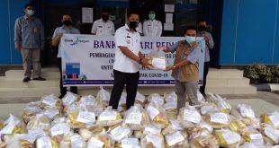 Pembagian paket sembako dari Bank Nagari Muara Labuh