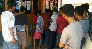 Para pemuda Banuaran menunggu pencairan THR PT KLG tanpa mempedulikan phisycal distancing