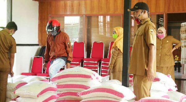 Proses pengemasan dan kegiatan pendistribusian beras di Tanah Datar