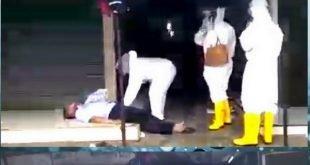 Petugas Gugus Tugas Covid-19 Pekanbaru Riau menyelamatkan seorang pria lansia tergeletak di meja lapak pedagang Pasar Cik Puan Sukajadi Jalan Tuanku Tambusai Pekanbaru Riau,