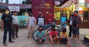 Pelaku dan bersama barang bukti sepeda motor KLX ke Mapolsek Situng I Koto Agung