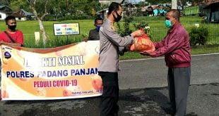 Kapolres Padang Panjang AKBP Sugeng Hariyadi, SIK, SH, MH menyerahkan paket sembako kepada salah seorang warga yang membutuhkan.