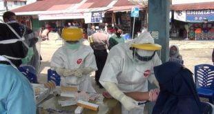 Rapid test terhadap klaster pedagang pasar pulau punjung dan ibu hamil sebagai upaya mencegah penyebaran covid-19 (foto Eko - Spirit Sumbar)