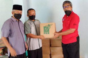 Ketua dan Sekretaris SMSI Sumbar serahkan paket sembako