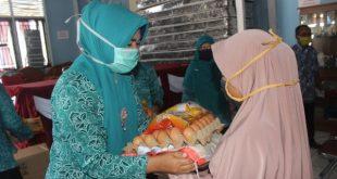 Ketua TP.PKK Provinsi dan Ketua TP. PKK Pasbar memberikan bantuan sembako kepada Kader yang ada di Kabupaten.
