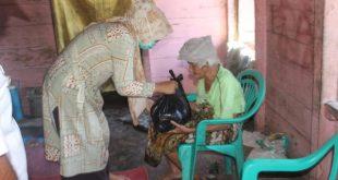 Anggota DPRD Pasbar Sifrowati Yulianto serta Ikatan Mahasiswa Sungai Aur mengunjungi rumah Lanjut usia