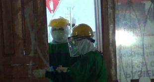 Petugas kesehatan sedang memeriksa positif corona di Dharmasraya