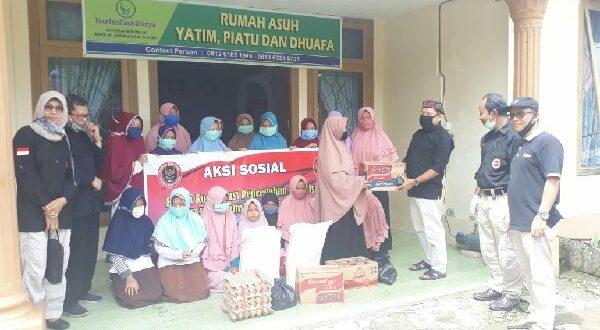 Ketua FKPT Sumbar Dr. Zaim Rais menyerahkan bantuan kepada pengurus Rumah Asuh Khairul Ummah Al Islamiyah, Nurbaiti.
