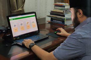 Fadly Amran cek data penerima banson melalui website