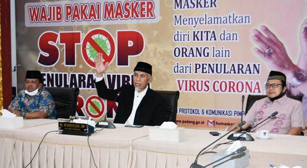 Walikota Mahyeldi didampingi Kadis Pendidikan Habibul Fuadi dan Kabag Protokol dan Komunikasi Pimpinan Amrizal Rengganis saat membuka MTQ Ramadhan Online antar Pelajar dan Mahasiwa (foto hms)